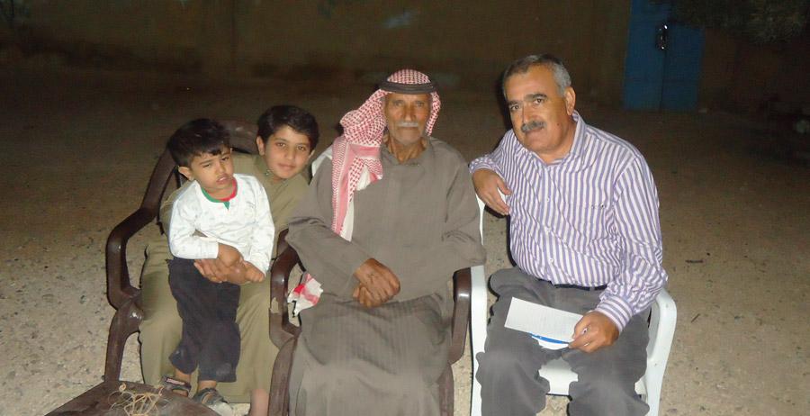 القناص معاشي إلى جانب أحفاده وإلى يساره رئيس التحرير